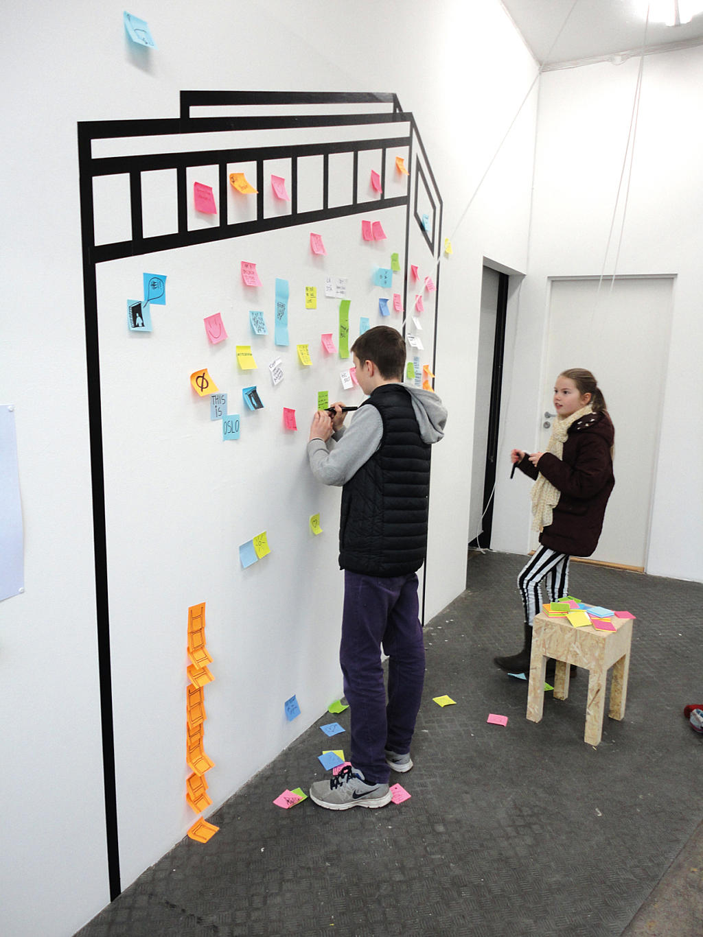 From the opening night to the last day of the exhibition, visitors of all ages made notes of their comments and wishes in text and in drawings. A catalogue of ideas for the Høyblokka, the government quarter and the city.